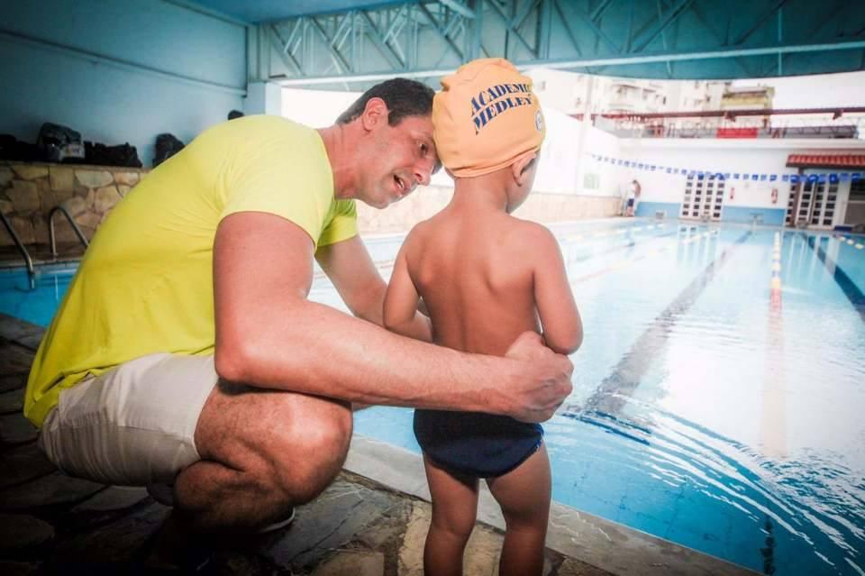 Gustavo Borges passa seus ensinamentos a criança